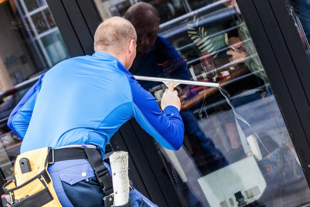 laveur de vitre avec tout le matériel d'un professionnel pour un nettoyage parfait