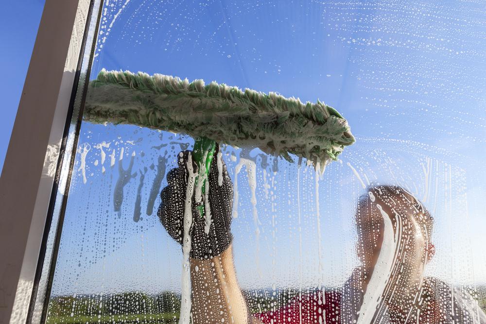 nettoyer les vitres avec du materiel professionnel