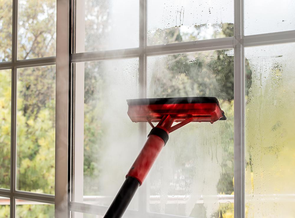 le nettoyage de vitre avec un nettoyeur vapeur