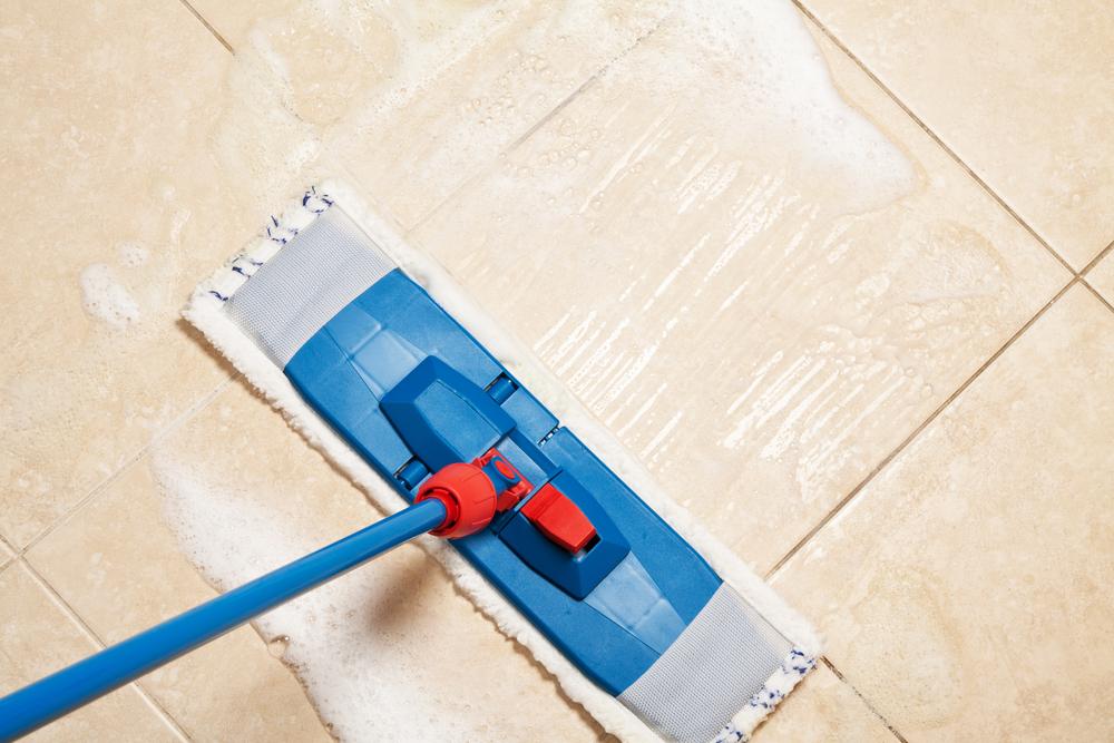 nettoyage du sol avec des produits menagers