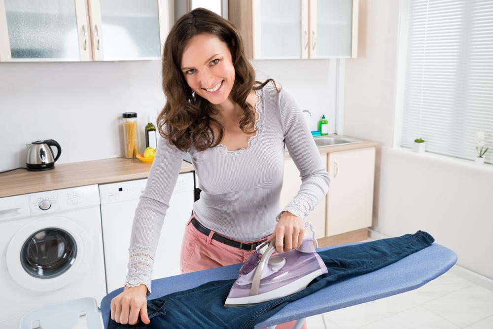 une femme de menage qui repasse un pantalon