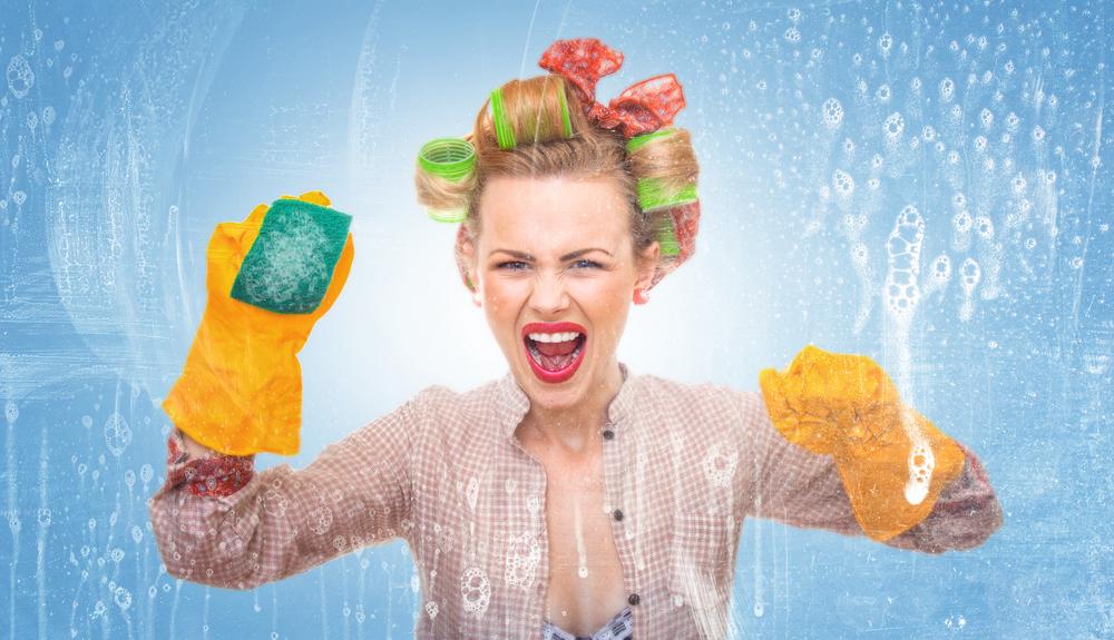 femme de ménage avec des gants pour nettoyer la maison